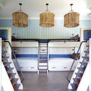 Großes Maritimes Kinderzimmer mit Schlafplatz, blauer Wandfarbe und braunem Holzboden in Sonstige