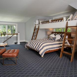 Inspiration för maritima könsneutrala barnrum kombinerat med sovrum, med grå väggar, heltäckningsmatta och blått golv