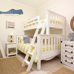 Idéer för maritima könsneutrala barnrum kombinerat med sovrum och för 4-10-åringar, med vita väggar och travertin golv