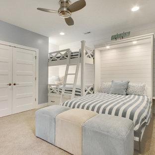 Idéer för ett maritimt barnrum kombinerat med sovrum, med grå väggar, heltäckningsmatta och beiget golv