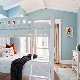Ispirazione per una cameretta per bambini costiera di medie dimensioni con pareti blu, pavimento in legno massello medio, pavimento beige e soffitto in legno