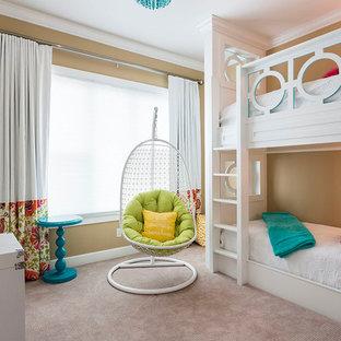 Esempio di una cameretta per bambini moderna di medie dimensioni con pareti beige, moquette, pavimento beige e pannellatura