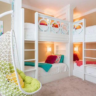 Ispirazione per una cameretta per bambini da 4 a 10 anni classica di medie dimensioni con pareti beige, moquette e pavimento beige