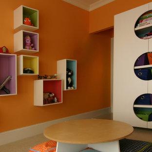 Идея дизайна: нейтральная детская с игровой среднего размера в современном стиле с оранжевыми стенами и ковровым покрытием для ребенка от 4 до 10 лет