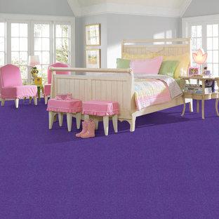 Inspiration för ett mellanstort funkis flickrum kombinerat med sovrum och för 4-10-åringar, med beige väggar och heltäckningsmatta