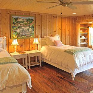 Imagen de dormitorio infantil rústico, de tamaño medio, con suelo de madera en tonos medios