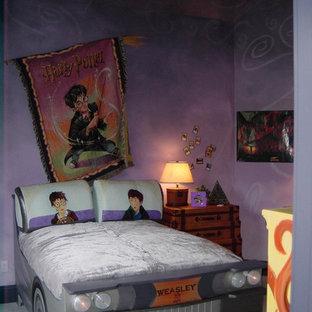 Klassisk inredning av ett mellanstort könsneutralt barnrum kombinerat med sovrum och för 4-10-åringar, med lila väggar och heltäckningsmatta