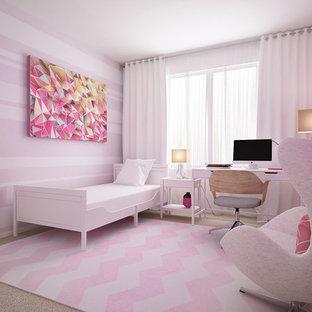 Idéer för ett mellanstort modernt flickrum kombinerat med sovrum och för 4-10-åringar, med mellanmörkt trägolv och lila väggar