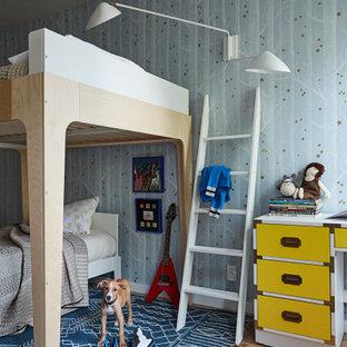 Idee per una cameretta da letto design con pareti blu, parquet chiaro, pavimento beige e carta da parati