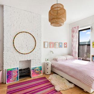 Foto di una cameretta per bambini eclettica con pareti bianche, parquet chiaro e pavimento beige