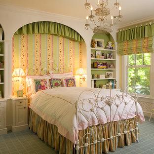 Inspiration pour une grande chambre d'enfant victorienne avec moquette et un mur multicolore.
