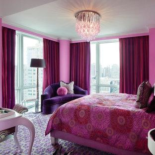 Inredning av ett modernt stort barnrum kombinerat med sovrum, med rosa väggar, heltäckningsmatta och flerfärgat golv