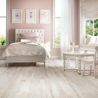 Idéer för att renovera ett mellanstort funkis flickrum kombinerat med sovrum och för 4-10-åringar, med rosa väggar, ljust trägolv och rosa golv