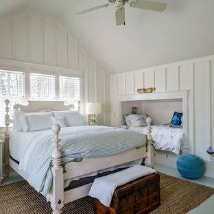 Ejemplo de dormitorio infantil tradicional renovado, grande, con paredes blancas y suelo de madera pintada