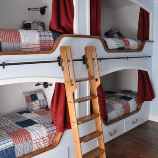 Foto de dormitorio infantil de 4 a 10 años, tradicional, grande, con paredes blancas, suelo de madera oscura y suelo marrón