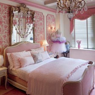 Идея дизайна: детская в классическом стиле с спальным местом, ковровым покрытием, розовым полом и разноцветными стенами для ребенка от 4 до 10 лет, девочки