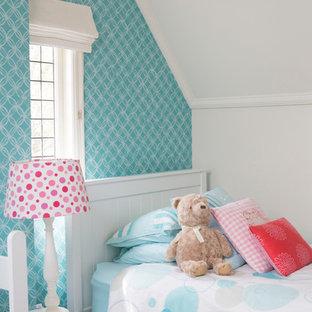 Inspiration pour une chambre d'enfant de 4 à 10 ans traditionnelle de taille moyenne avec un mur blanc, moquette et un sol beige.