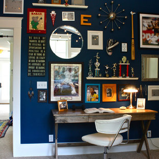 Bild på ett vintage könsneutralt tonårsrum kombinerat med skrivbord, med blå väggar och heltäckningsmatta