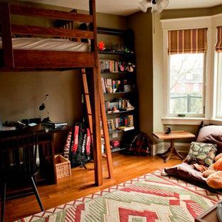 Ispirazione per una cameretta per bambini da 4 a 10 anni stile americano di medie dimensioni con pareti marroni e pavimento in legno massello medio