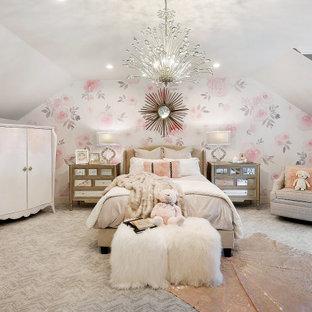Неиссякаемый источник вдохновения для домашнего уюта: большая детская в стиле современная классика с ковровым покрытием, обоями на стенах, разноцветными стенами, серым полом и сводчатым потолком для девочки