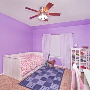 Klassisk inredning av ett flickrum kombinerat med sovrum, med lila väggar och heltäckningsmatta