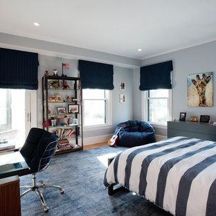 Modernes Jugendzimmer mit Schlafplatz, beiger Wandfarbe, hellem Holzboden und beigem Boden in Boston