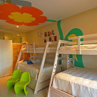 Idee per una cameretta da letto eclettica con pareti multicolore