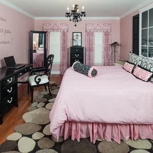 Свежая идея для дизайна: детская в современном стиле с розовыми стенами, паркетным полом среднего тона и спальным местом для подростка, девочки - отличное фото интерьера
