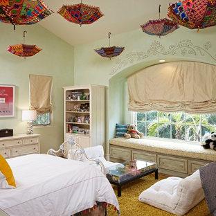 Großes Shabby-Style Jugendzimmer mit Schlafplatz, grüner Wandfarbe und braunem Holzboden in Los Angeles