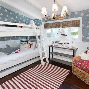 Idéer för att renovera ett tropiskt könsneutralt barnrum kombinerat med sovrum och för 4-10-åringar, med mörkt trägolv och flerfärgade väggar