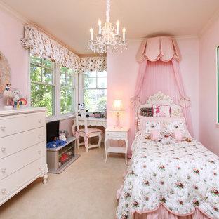 Exempel på ett exotiskt flickrum kombinerat med sovrum och för 4-10-åringar, med rosa väggar och heltäckningsmatta