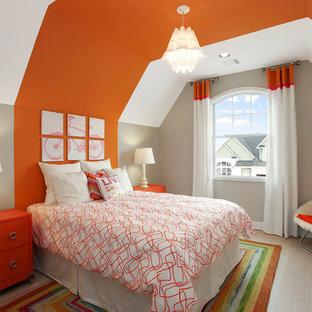 Foto de dormitorio infantil clásico renovado con parades naranjas y suelo de madera clara