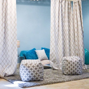 Idées déco pour une chambre d'enfant de 4 à 10 ans contemporaine de taille moyenne avec un mur bleu et un sol en carrelage de céramique.