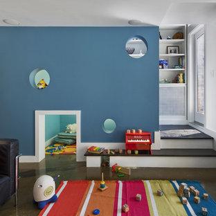 Свежая идея для дизайна: детская среднего размера в современном стиле с игровой комнатой, синими стенами и коричневым полом для ребенка от 1 до 3 лет, девочек или мальчиков - отличное фото интерьера