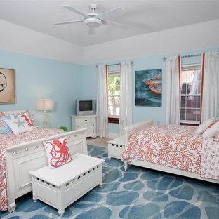 Idéer för ett stort exotiskt könsneutralt barnrum kombinerat med sovrum, med blå väggar och travertin golv