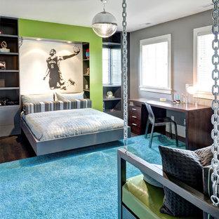 Foto på ett mellanstort funkis barnrum kombinerat med sovrum, med grå väggar och mörkt trägolv