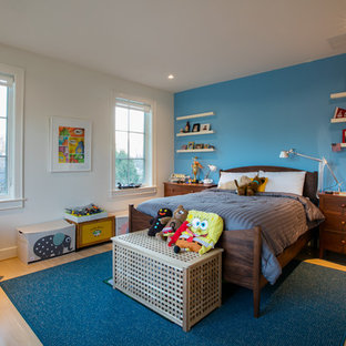Foto på ett mellanstort funkis pojkrum kombinerat med sovrum och för 4-10-åringar, med blå väggar och ljust trägolv