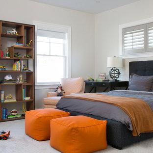 Foto di una cameretta per bambini da 4 a 10 anni chic di medie dimensioni con pareti beige, moquette e pavimento grigio