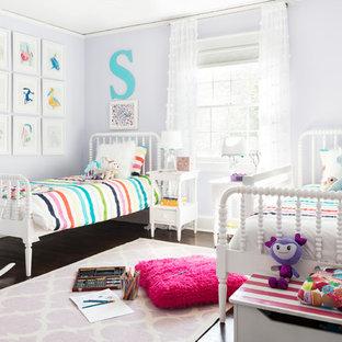Immagine di una grande cameretta per bambini da 4 a 10 anni design con pareti viola, parquet scuro e pavimento marrone