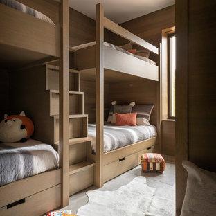 Inspiration för ett rustikt könsneutralt barnrum kombinerat med sovrum och för 4-10-åringar, med bruna väggar, grått golv och betonggolv