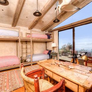 Immagine di un'ampia cameretta per bambini mediterranea con pareti beige e pavimento in cemento
