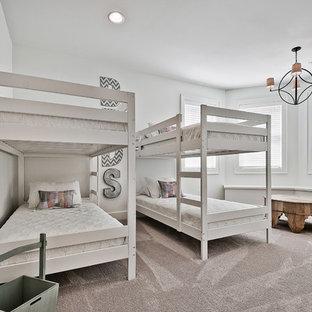 Foto di una cameretta per bambini da 4 a 10 anni stile americano di medie dimensioni con pareti bianche, moquette e pavimento beige