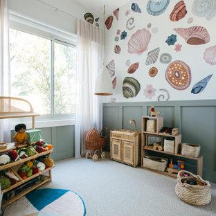 Réalisation d'une chambre d'enfant marine avec un mur multicolore, moquette, un sol gris, boiseries et du papier peint.