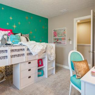 Foto di una cameretta per bambini da 4 a 10 anni stile americano di medie dimensioni con pareti beige e moquette