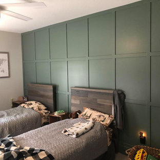 Inspiration för ett mellanstort vintage pojkrum kombinerat med sovrum och för 4-10-åringar, med gröna väggar och heltäckningsmatta