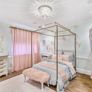 Idées déco pour une chambre d'enfant de 4 à 10 ans romantique avec un mur multicolore, un sol en bois foncé et un sol marron.