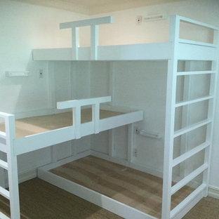 Diseño de dormitorio infantil de 4 a 10 años, tradicional renovado, de tamaño medio, con paredes blancas, moqueta y suelo marrón
