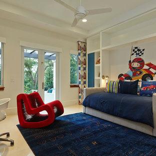 Idéer för ett modernt barnrum, med vita väggar och kalkstensgolv