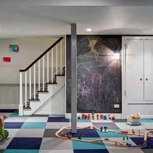 Inspiration pour une chambre d'enfant de 4 à 10 ans traditionnelle avec moquette, un mur multicolore et un sol multicolore.