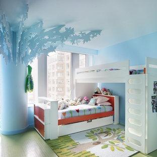 Пример оригинального дизайна: нейтральная детская в стиле фьюжн с спальным местом, синими стенами и зеленым полом для ребенка от 4 до 10 лет